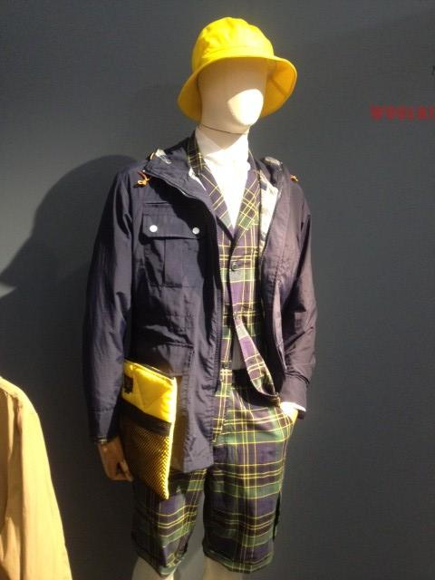 Da Pitti, a Firenze, Woolrich propone per la P\E 2015 abito tartan con bermuda e impermeabile. Photo credit: style.corriere.it